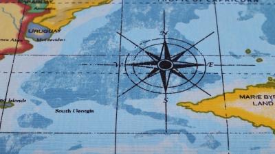 Dekostoff mit Landkarte - Landkartenstoff Atlas Stoff mit der Weltkarte Globus